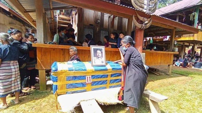 Jenazah Oktovianus, Guru yang Ditembak KKB Tiba di Rumah Duka Toraja Utara, Sang Istri Pingsan