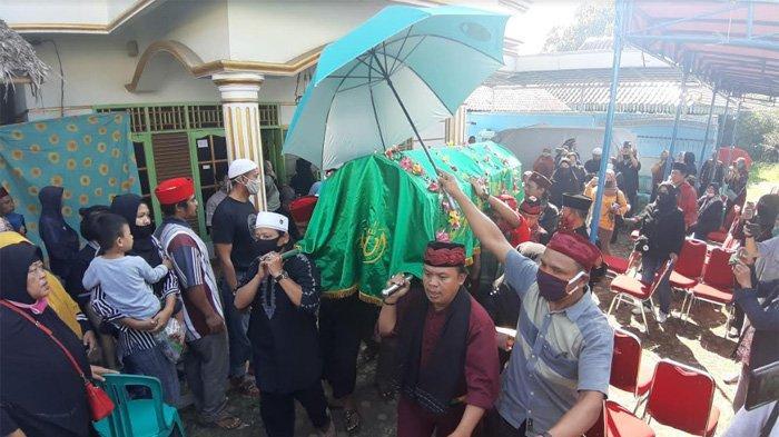 Jenazah pelawak Omaswati (53) dimakamkan di TPU Pasar Cisalak, Cimanggis, Depok, Jawa Barat, Jumat (17/7/2020).