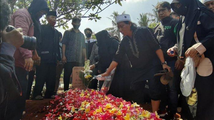 Dua Anak Omaswati Turun ke Liang Lahat, Ratusan Pelayat Antar Sang Komedian ke Pemakaman