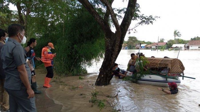 Video Detik-detik Keranda Berisi Jenazah Diangkut Perahu Karet di Tengah Kepungan Banjir di Bekasi
