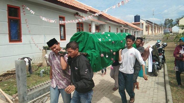 Jenazah Rayya dibawa ke masjid untuk disalatkan, Sabtu (7/9/2019). Tribun Jabar/Firman Wijaksana