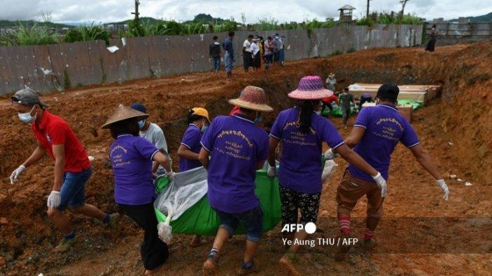 Relawan membawa jenazah seorang penambang untuk dimakamkan di kuburan massal, menyusul tanah longsor yang mematikan di daerah tempat orang-orang bekerja di tambang batu giok, dekat Hpakant di negara bagian Kachin pada 4 Juli 2020.