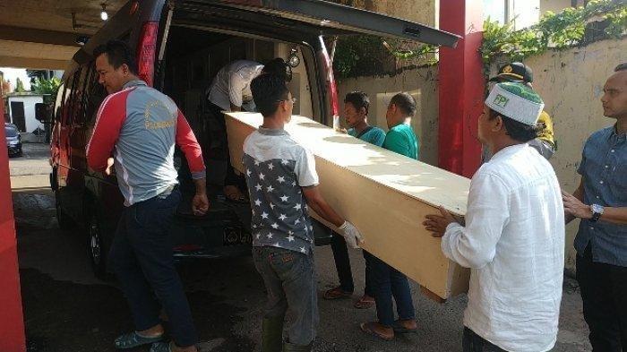 Jenazah Vera Oktaria dibawa pihak keluarga menuju ke rumah duka, Sabtu (11/5/2019). TRIBUNSUMSEL.COM/SHINTA DWI ANGGRAINI