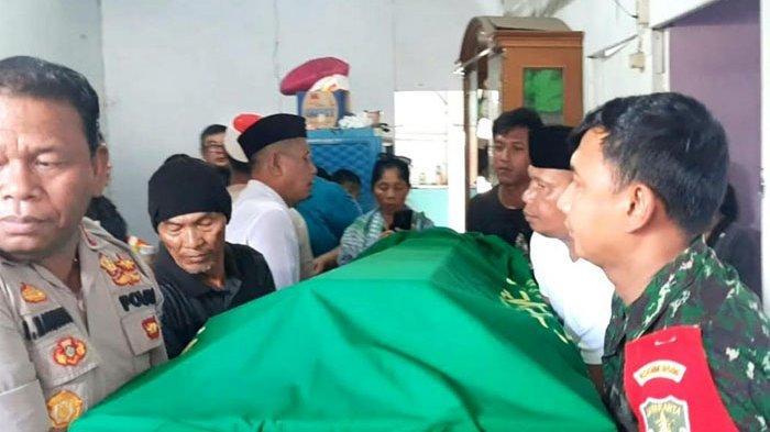 Suasana di rumah duka. Peti jenazah Johny Indo tengah diangkat oleh aparat kepolisian dan TNI, serta pihak keluarga di rumah duka di Jalan Tangga Asem, Tangerang, Banten, Senin (27/1/2020). (ARI).