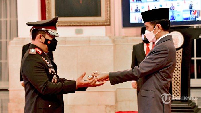 Presiden Joko Widodo melantik Listyo Sigit Prabowo sebagai Kapolri di Istana Negara, Jakarta, Rabu (27/1/2021). Selain dilantik sebagai Kapolri, Listyo Sigit Prabowo juga dinaikkan pangkatnya dari Komisaris Jenderal Polisi menjadi Jenderal Polisi. TRIBUNNEWS.COM/SETPRES/AGUS SUPARTO