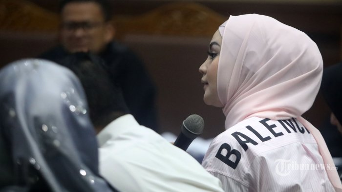 Artis Jennifer Dunn memberikan keterangan saat menjadi saksi dalam sidang kasus tindak pidana pencucian uang (TPPU) dan korupsi alat kesehatan di Pemprov Banten dan Pemkot Tangerang Selatan dengan terdakwa Tubagus Chaeri Wardana di Pengadilan Tipikor, Jakarta, Kamis (12/3/2020). Sidang tersebut beragendakan mendengar keterangan saksi yang dihadirkan Jaksa Penuntut Umum (JPU) KPK. TRIBUNNEWS/IRWAN RISMAWAN