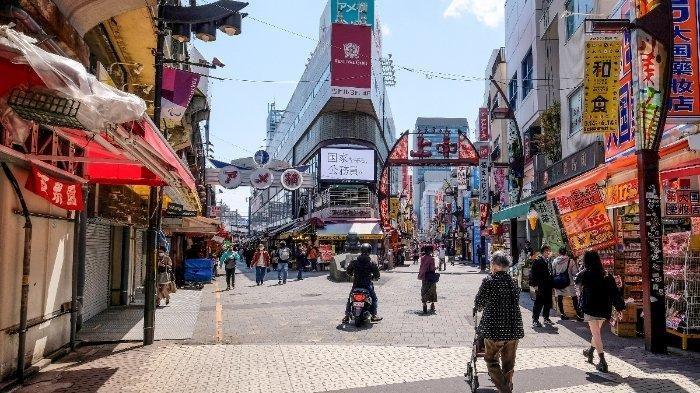 ILUSTRASI suasana di Jepang saat pandemi Covid-19 --- Orang-orang berjalan di jalan sepi di tengah kekhawatiran tentang penyebaran virus corona COVID-19 di distrik perbelanjaan Ameya-Yokocho, yang terletak di sebelah Stasiun Ueno di Tokyo pada 11 April 2020. Gubernur Tokyo Yuriko Koike mengatakan pada 10 April bahwa pemerintah metropolitan akan meminta banyak bisnis, termasuk klub malam, tempat karaoke, dan tempat pinball pachinko untuk menunda operasi mulai 11 April karena keadaan darurat terkait epidemi coronavirus.