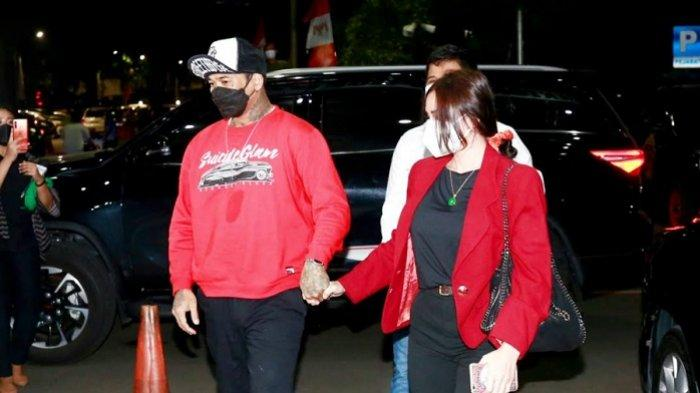 Jerinx SID tiba di Polda Metro Jaya, Semanggi, Jakarta Pusat, Jumat (13/8/2021) pukul 19.00 WIB. Ia didampingi istri, Nora Alexandra dan tim kuasa hukumnya.