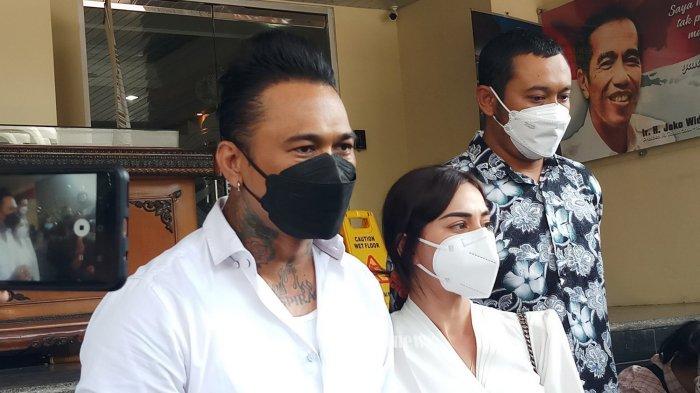 KASUS JERINX DAN ADAM DENI -  Jerinx dan Adam Deni tidak menemukan titik temu dalam mediasi yang difasilitasi oleh Polda Metro Jaya, terkait kasus pengancaman, Sabtu (14/8/2021). Secara pribadi Adam Deni telah memaafkan Jerinx namun ia meminta agar proses hukumnya tetap berjalan. Hal ini terungkap dalam jumpa pers yang dipimpin oleh Kabid Humas Polda Metro Jaya, Kombes Yusri Yunus. WARTA KOTA/NUR ICHSAN