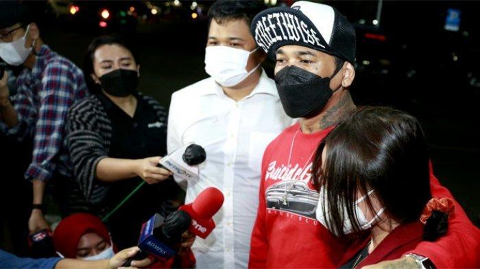 Tersangka kasus pengancaman terhadap selebgram Adam Deni, I Gede Ari Astina alias Jerinx memenuhi panggilan pemeriksaan di Polda Metro Jaya, Jakarta, Jumat (13/8/2021) malam.