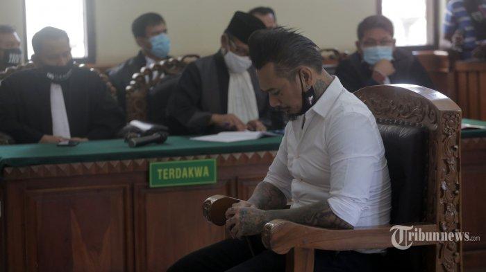Drummer band Superman Is Dead (SID), I Gede Ari Astina alias Jerinx SID menjalani sidang tuntutan kasus dugaan ujaran kebencian di Pengadilan Negeri Denpasar, Kota Denpasar, Bali, Selasa (3/11/2020). Jerinx SID dituntut 3 tahun penjara dan denda Rp 10 juta. Tribun Bali/Rizal Fanany