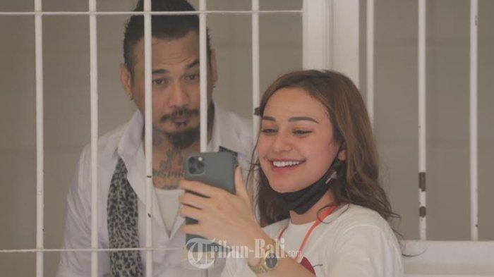 I Gede Ary Astina alias Jerinx sempat bercengkrama dengan istrinya Nora Alexandra sebelum menjalani sidang agenda pemeriksaan terdakwa kasus dugaan ujaran kebencian 'IDI Kacung WHO' di Pengadilan Negeri Denpasar, Selasa (27/10/2020).