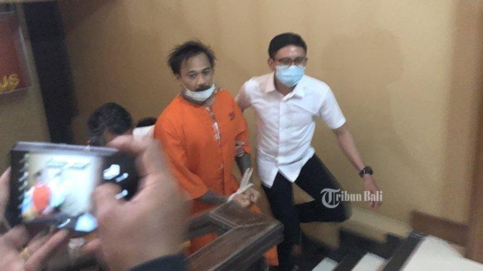 Drummer grup band Superman Is Dead (SID), I Gede Ari Astina alias Jerinx, saat digiring ke ruang pemeriksaan lantai tiga Ditreskrimsus Polda Bali, Kamis (27/8/2020).