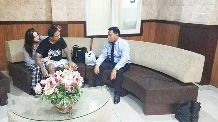 Jerinx SID didampingi istrinya bersama Pengacaranya, Wayan Gendo di Polda Bali, Rabu (12/8/2020).