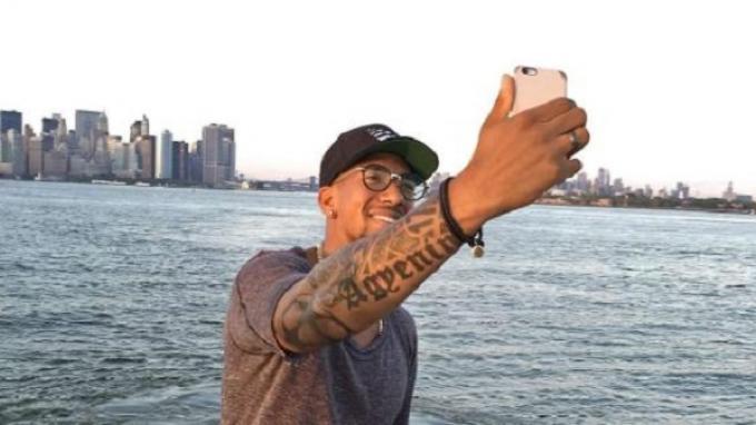Jerome Boateng mengambil foto dirinya saat berada di New York.