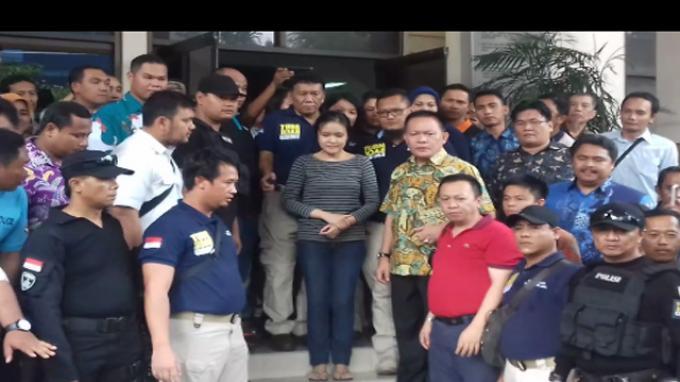 Jessica Sempat Ditunjukan Kepada Awak Media Sebelum Diangkut ke Rutan Pondok Bambu