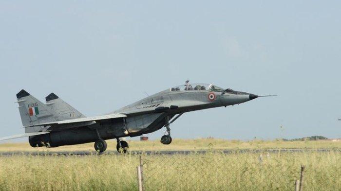 Jet tempur MiG-29 milik Angkatan Udara India (IAF) yang belum lama ini diperbarui dengan penambahan instrumen terbaru. India dikabarkan percepat pengadaan 12 Sukhoi dan 21 MiG-29 dari Rusia pekan ini, di saat konflik perbatasan India-China memanas.