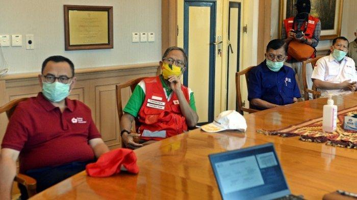Ketua Umum Palang Merah Indonesia Jusuf Kalla mendengarkan pemaparan terkait penanganan pandemi virus corona atau Covid-19 di Lembaga Penelitian Eijkman, Jakarta, Rabu (13/5/2020)