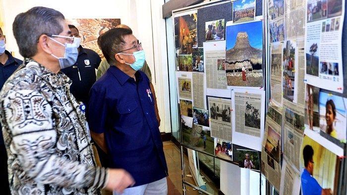 Ketua Umum Palang Merah Indonesia Jusuf Kalla melihat foto dokumentasi di kantor Lembaga Eijkman, Jakarta Pusat, Rabu (13/5/2020)