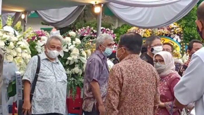 Mantan Wakil Presiden RI Jusuf Kalla bersama istri Mufidah Jusuf Kalla terlihat hadir melayat mendiang Istri Menkumham Yasonna Laoly, Ibu Elisye Widya Ketaren, Jumat (11/6/2021).