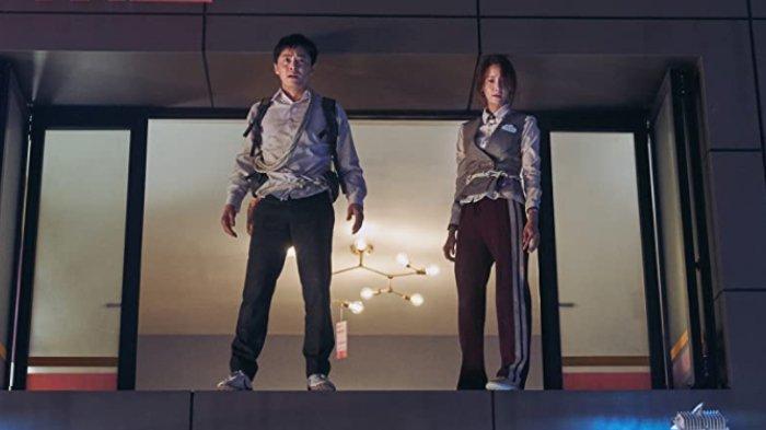 Jo Jong-suk dan Im Yoon-ah dalam film Exit (2019)