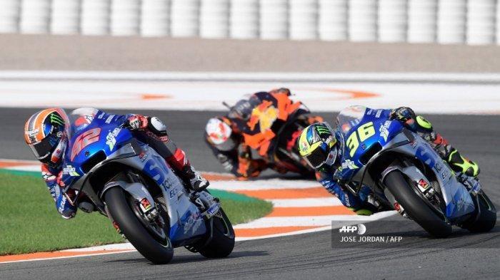 Pembalap Spanyol Suzuki Ecstar Alex Rins (kiri) dan pembalap Spanyol Suzuki Ecstar Joan Mir (kanan) berkompetisi dalam balapan MotoGP pada Grand Prix Eropa di sirkuit Ricardo Tormo di Valencia pada 8 November 2020. JOSE JORDAN / AFP
