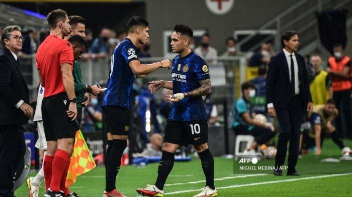 Penyerang Inter Milan Joaquin Correa (CL) menggantikan penyerang Inter Milan Lautaro Martinez (tengah) pada pertandingan sepak bola Grup D Liga Champions UEFA antara Inter Milan dan Real Madrid pada 15 September 2021 di stadion San Siro di Milan.