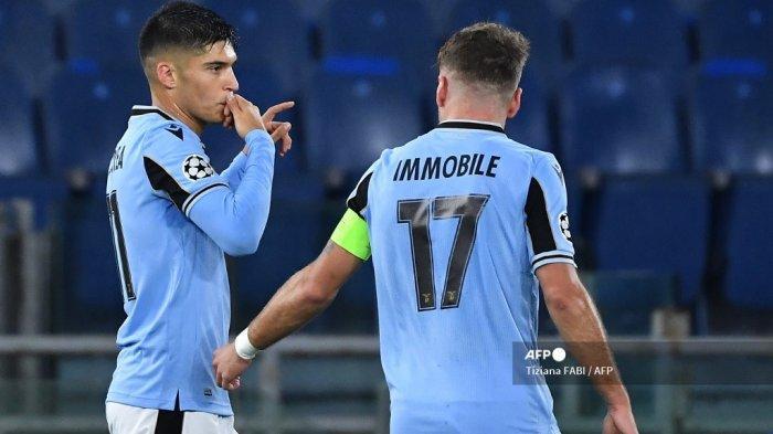 Penyerang Lazio asal Argentina Joaquin Correa (kiri) melakukan selebrasi setelah membuka skor pada pertandingan sepak bola Grup F Liga Champions UEFA Lazio Roma vs Club Brugge pada 8 Desember 2020 di stadion Olimpiade di Roma. Tiziana FABI / AFP