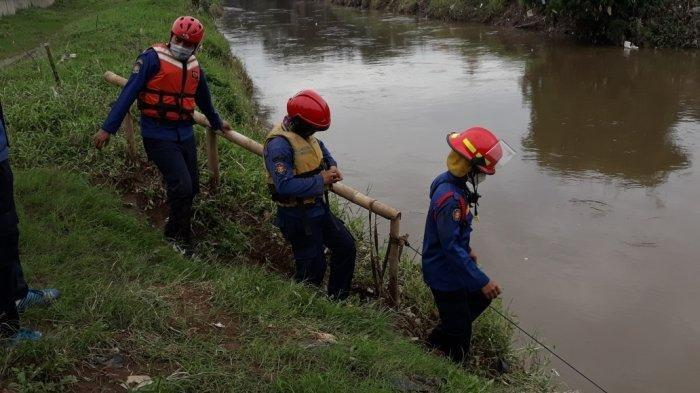 Personel Damkar Jakarta Timur saat proses pencarian Muhammad Jodi Alamsyah (27) di Kali Ciliwung, Rabu (17/2/2021).