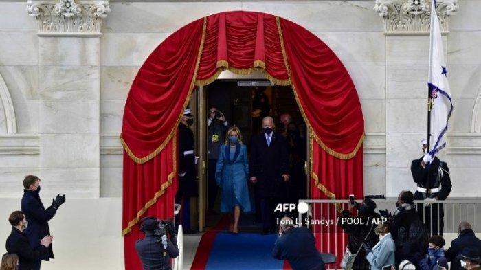 Joe Biden dan istrinya, Jill Biden tiba menjelang proses pelantikan Joe Biden sebagai Presiden AS ke-46 pada 20 Januari 2021, di Capitol AS di Washington, DC.