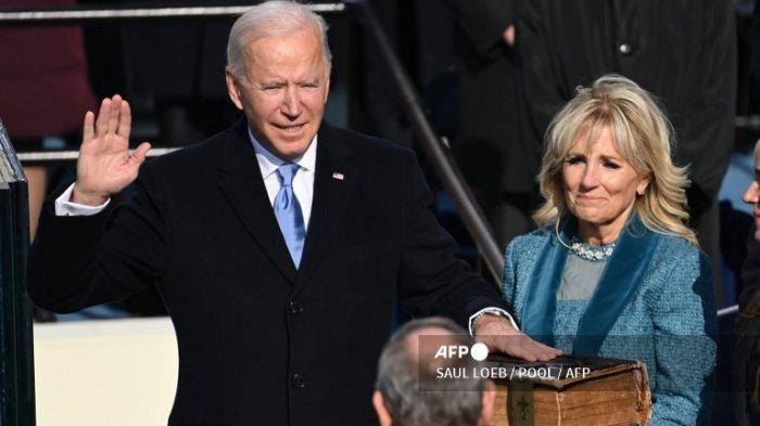 Joe Biden (Kiri) bergabung dengan Ibu Negara New York Jill Biden sebagai Presiden ke-46 Ketua Mahkamah Agung Amerika Serikat John Roberts akan menjabat pada 20 Januari 2021 di American Capitol di Washington DC.