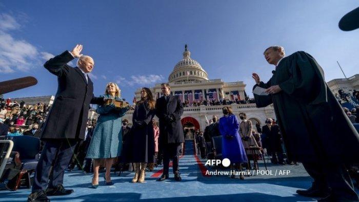 Joe Biden (kiri) menjadi Presiden ke-46 Amerika Serikat, Ketua Mahkamah Agung John Roberts (kanan), memegang Alkitab bersama Jill Biden, putra Hunter Biden, dan Ashley Biden, putri Joe dan Jill Biden, pada tanggal 20 Januari 2021 di Amerika Serikat, Washington, D.C.