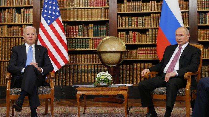 Presiden AS Joe Biden (kanan) bertemu dengan Presiden Rusia Vladimir Putin (kiri) di 'Villa la Grange' di Jenewa pada 16 Juni 2021.