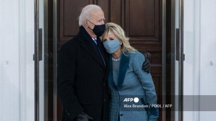 Presiden AS Joe Biden (kiri) memeluk Ibu Negara Jill Biden saat mereka tiba di Gedung Putih di Washington, DC, pada 20 Januari 2021.