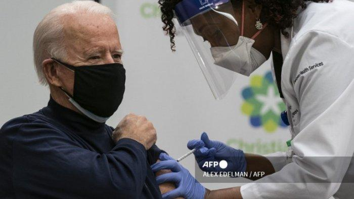 Presiden terpilih AS Joe Biden menerima vaksinasi Covid-19 dari Tabe Mase, Praktisi Perawat dan Kepala Layanan Kesehatan Karyawan, di kampus Christiana Care di Newark, Delaware pada 21 Desember 2020.