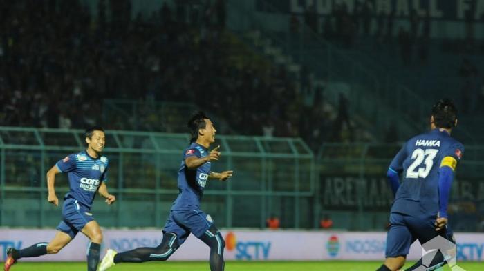 Pemain Arema Cronus, Johan Ahmad Alfarizi mencetak gol ke gawang Madura United di Stadion Kanjuruhan, Malang, Jumat (2/9/2016).
