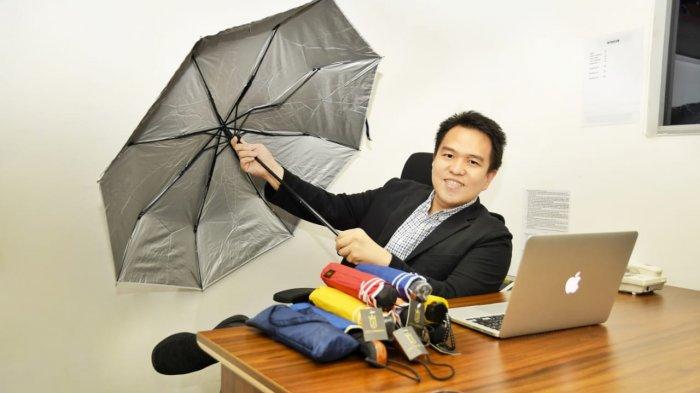 Inovasinya Unik, Wirausahawan Ini Ciptakan Payung Buat Lansia, Bisa Digunakan Sebagai Tongkat