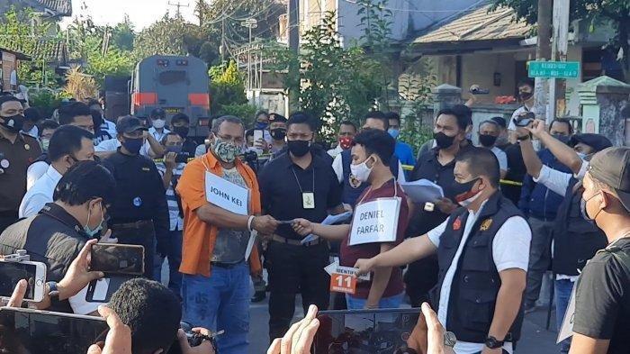 John Kei saat adegan rekonstruksi memberikan uang ke anak buah untuk operasi penyerangan Nus Kei, Senin, (6/7/2020).