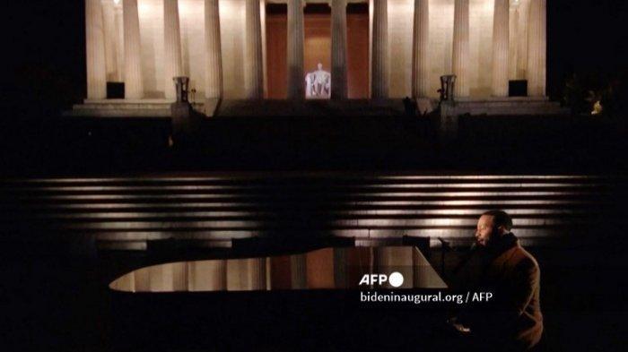 Tangkapan layar ini milik bideninaugural.org menunjukkan John Legend tampil selama program perdana