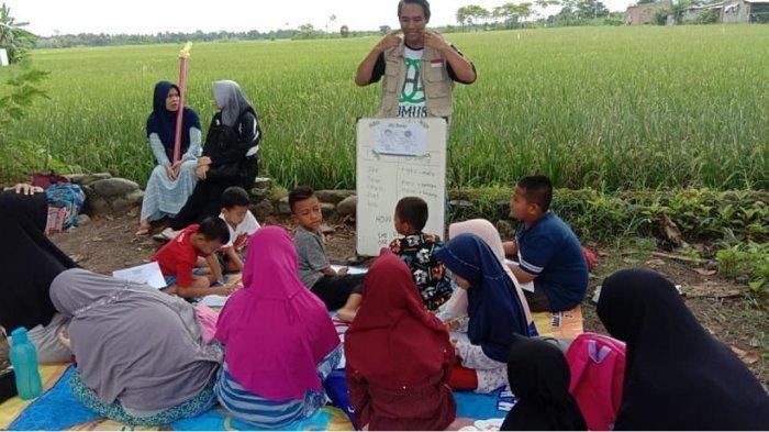 Kisah 'Jojo' Suparjo Relawan Pengajar yang Rela Tak Dibayar Saat Mengajar