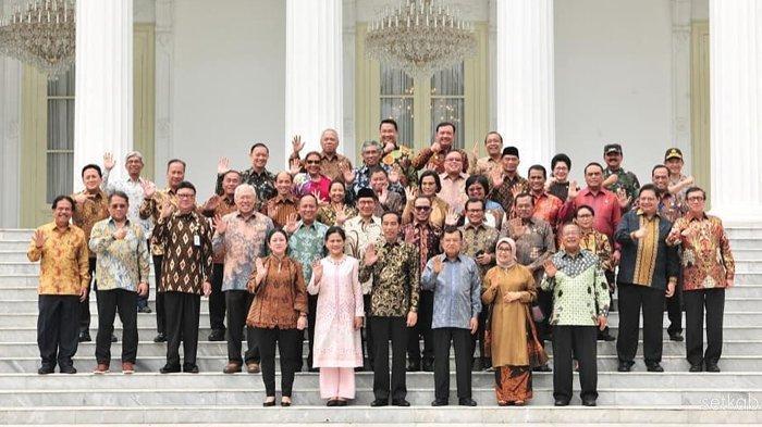 Presiden Republik Indonesia Joko Widodo dengan Wakil Presiden Republik Indonesia Jusuf Kalla berfoto bersama para Menteri Kabinet Kerja pada Jumat (18/10) siang, di halaman Istana Merdeka, Jakarta.