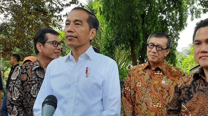 Presiden Joko Widodo (Jokowi) memberikan keterangan pers usai mengunjungi SMKN 57 Jakarta, Senin (9/12/2019)