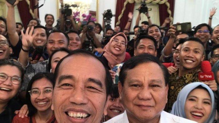 Presiden Jokowi dan Ketua Umum Gerindra Prabowo Subianto swafoto dengan awak media seusai melakukan pertemuan tertutup di Istana Merdeka, Jumat (11/10/2019).