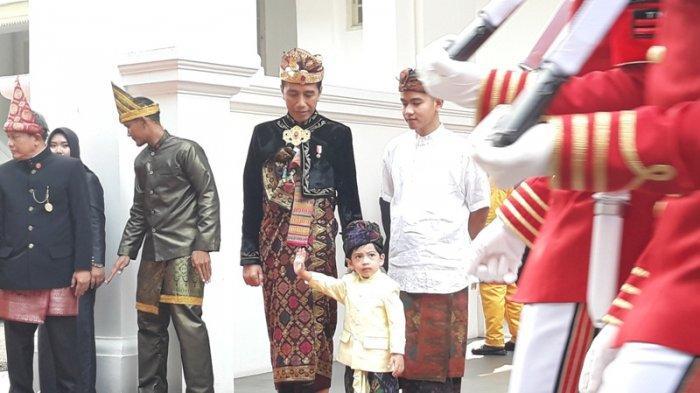 Presiden Jokowi tampak keluar dari Istana Merdeka dengan menggandeng sang cucu, Jan Ethes.