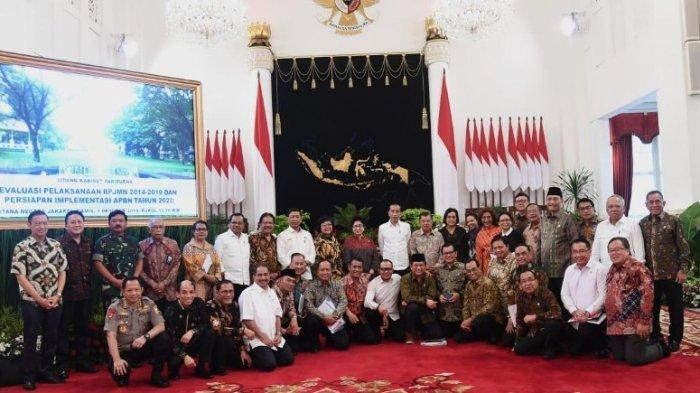 Presiden Joko Widodo berfoto bersama para menteri pada rapat kabinet terakhir pekan lalu.