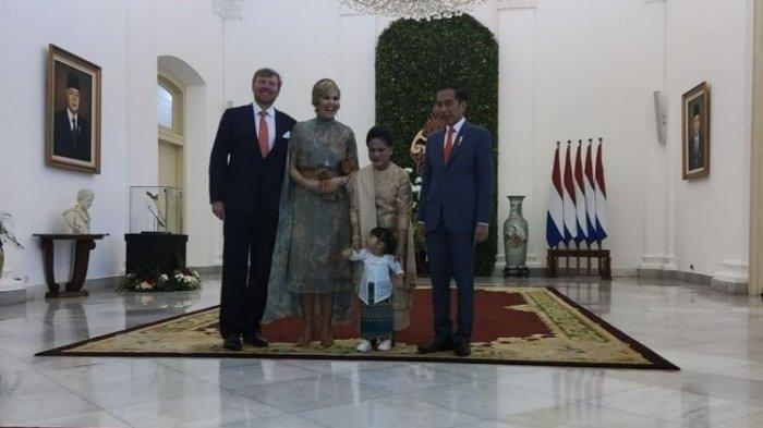 Presiden Joko Widodo menyambut Raja Belanda Willem-Alexander dan Ratu Maxima Zorreguieta Cerruti di Istana Kepresidenan, Bogor, Selasa (10/3/2020) pagi. Ada yang berbeda dengan cara Jokowi menyambut tamunya kali ini. Presiden Jokowi bersama Ibu Negara Iriana turut serta mengajak cucunya, Sedah Mirah Nasution, untuk foto bersama tamunya.