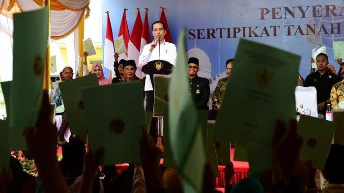 Jokowi Serahkan 2.576 Sertifikat Hak Atas Tanah di Bireuen Aceh