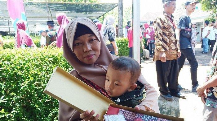 Berawal Ingin Foto Bareng Presiden Jokowi, Ibu Ini Justru Dapat Kotak Berwarna Emas, Apa Isinya?