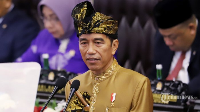 Presiden RI Joko Widodo (Jokowi) mengenakan pakaian adat Sasak NTB saat menyampaikan Pidato Kenegaraan pada Sidang Bersama DPR dan DPD RI Tahun 2019 di Kompleks Parlemen, Senayan, Jakarta Pusat, Jumat (16/8/2019). Pada pidatonya tersebut Jokowi menyampaikan izinnya untuk memindahkan Ibu Kota dari Jakarta ke Kalimantan. Tribunnews/Jeprima