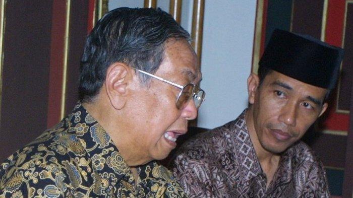 Jokowi duduk di samping Presiden ke-4 RI KH Abdurahman Wahid atau Gus Dur. Foto diambil pada 8 Januari 2006 di Kraton Surakarta ketika Jokowi masih menjabat sebagai Walikota Solo, Jawa Tengah. (Foto: Blontank Poer)